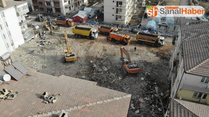 10 kişinin hayatını kaybettiği Dilek apartmanında enkaz çalışması