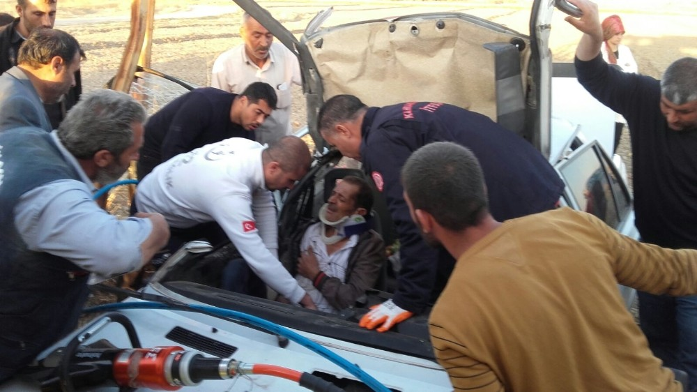 Yaralılar, otomobilin tavanı kesilerek çıkarıldı