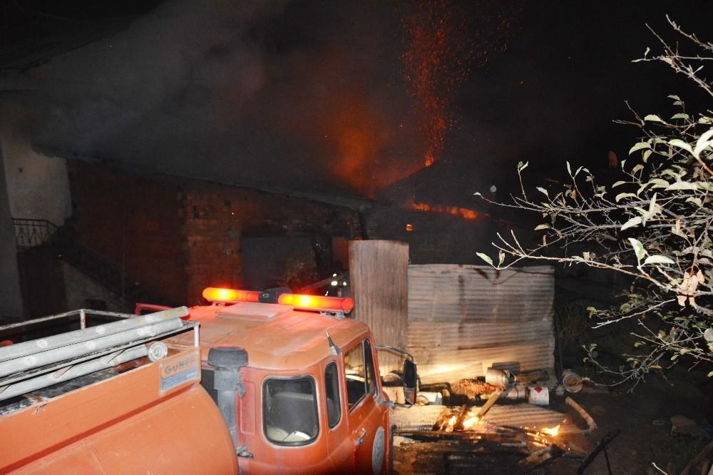 Samanlık yangını maddi hasara yol açtı.