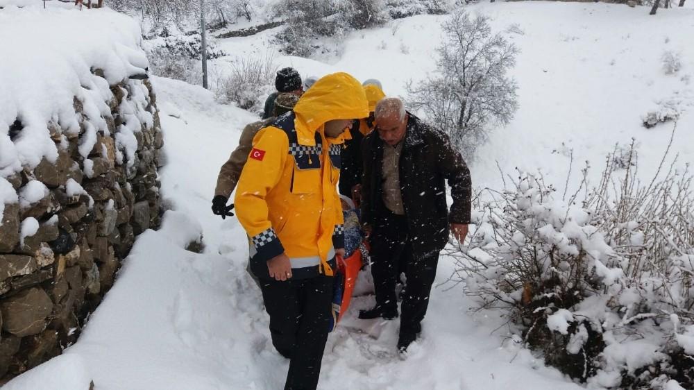 Sağlık ekipleri kar kış dinlemiyor