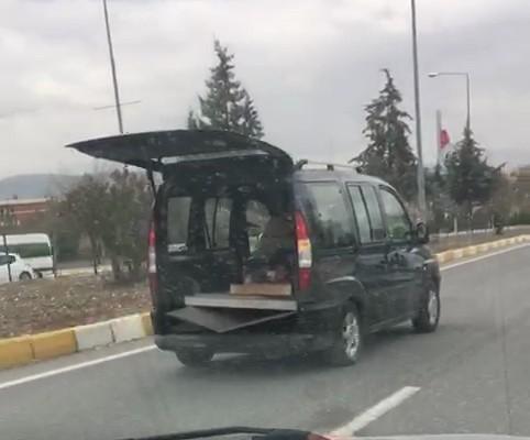 Bagaj kapısı açık hafif ticari araç kazaya davetiye çıkardı