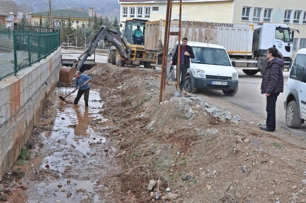 Gölbaşı ilçesinde su kanalları temizleniyor