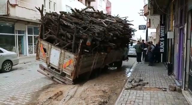 Tekerlekleri toprak yola saplanan kamyon devrilme tehlikesi geçirdi