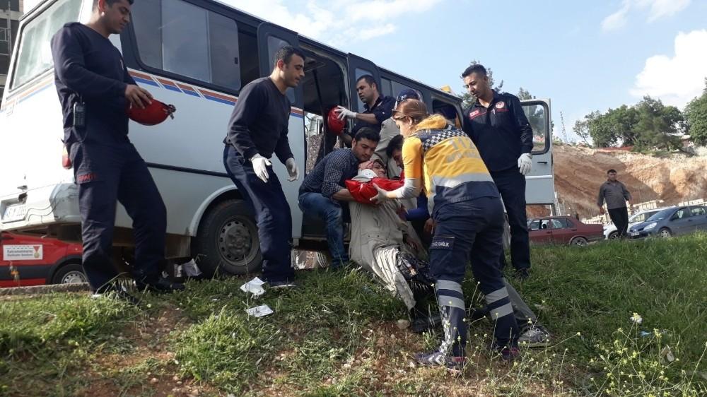 Hafriyat kamyonu ile minibüs çarpıştı: 7 yaralı