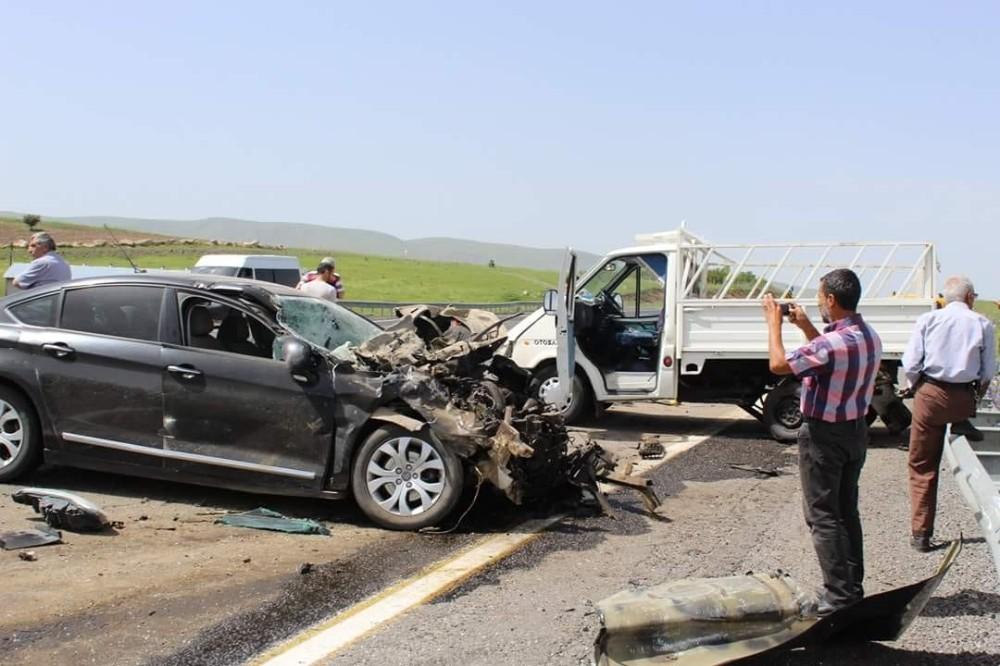 Otomobil, kamyonete arkadan çarptı:3 yaralı