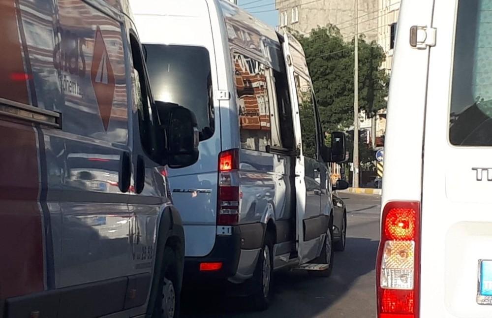 Kapısı açık olan tekstil minibüsleri kazaya davetiye çıkarıyor
