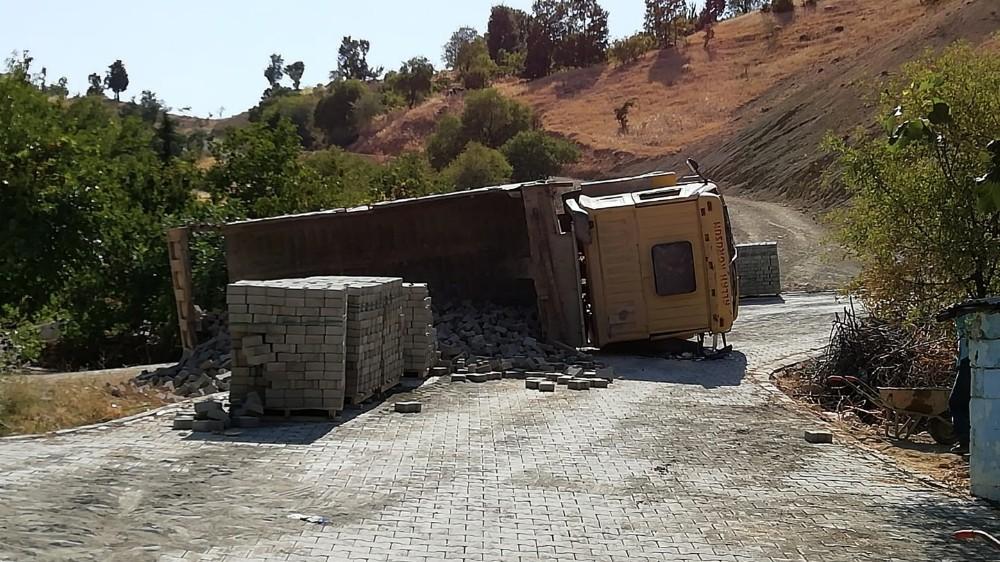 Hafriyat kamyonu yan yattı: 2 yaralı