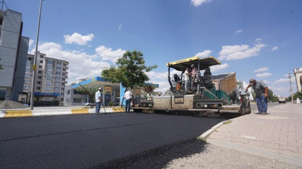Adıyaman Belediyesi şehir genelinde aşınan yolları asfaltlıyor