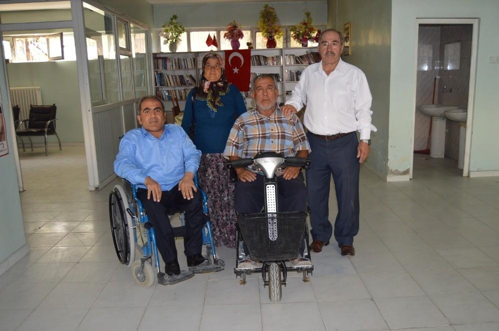 Engelli adam akülü tekerlekli sandalyeye kavuştu