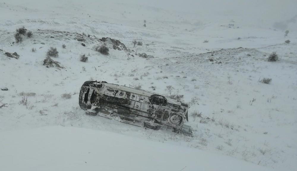 Sivas'ta köy minibüsü devrildi: 9 yaralı
