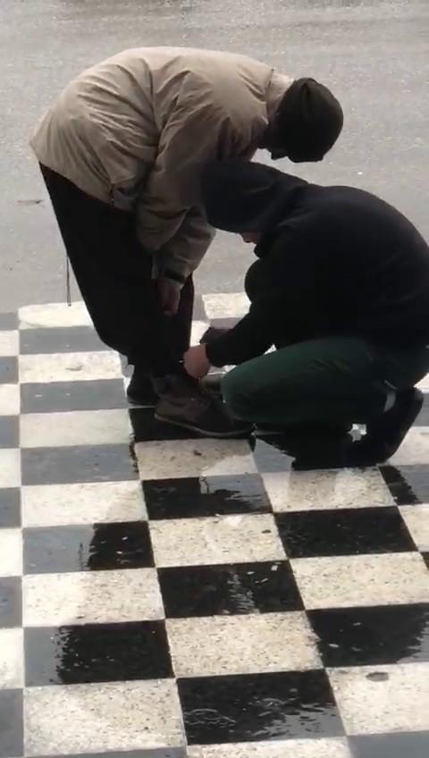 Engelli adam bağlayamayınca eğilip ayakkabı bağcıklarını bağladı