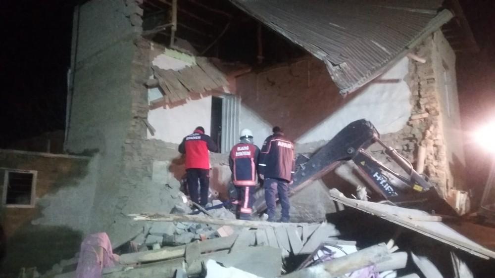 Kerpiç ev çöktü, aile dakikalarla kurtuldu, 4 hayvan telef oldu