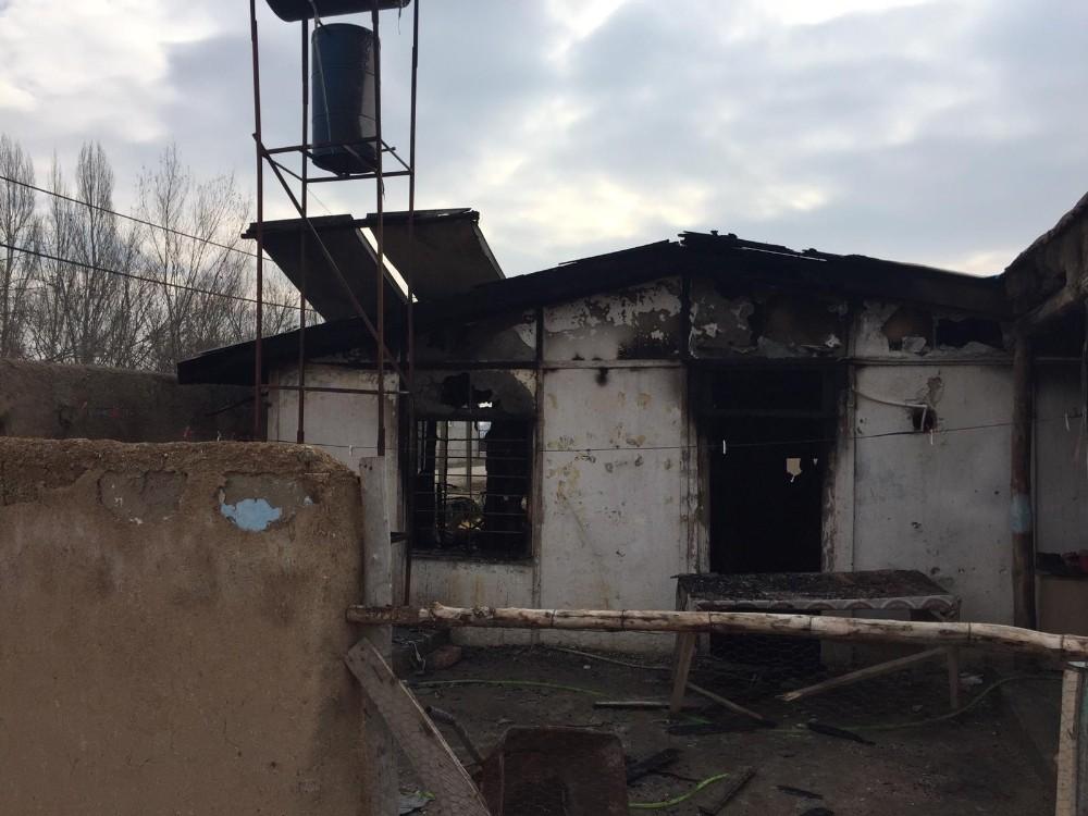 Alevlere teslim olan evden son anda kurtarıldılar