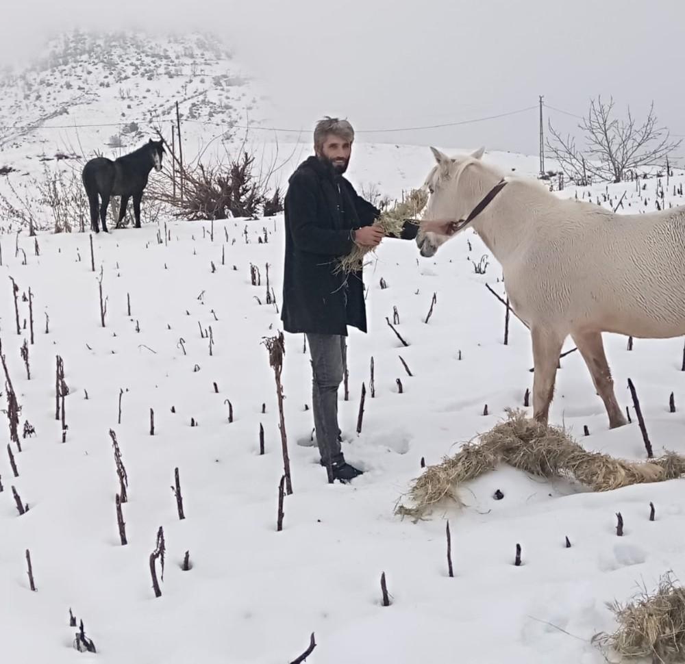 Hayvanlar aç kalmasın diye yem torbalarını 10 kilometre sırtında taşıdı