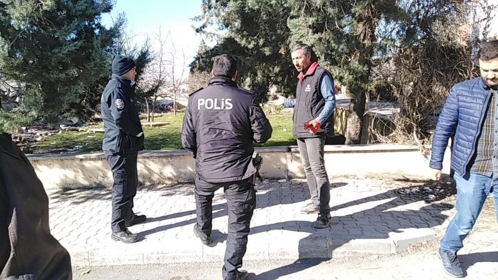 Yıkım esnasında demir çalmak isteyen çocuklar polisi görünce kaçtı