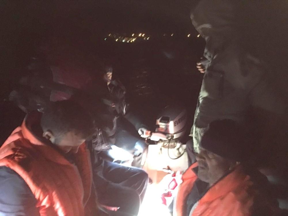 Barajda mahsur kalan balıkçıları polis kurtardı