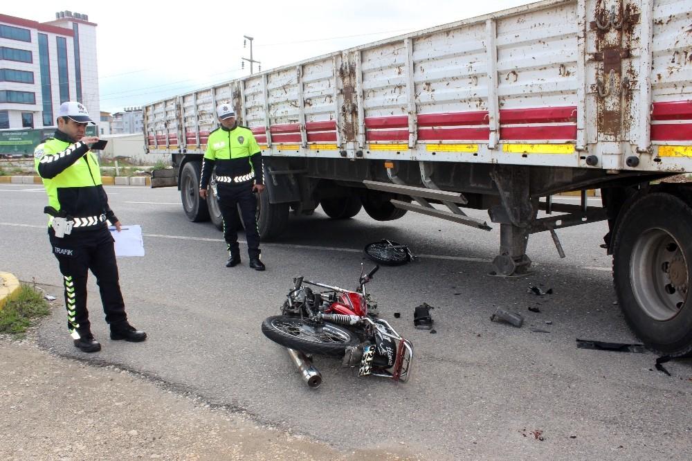 Tır'ın altına giren motosikletin tekeri yerinden fırladı