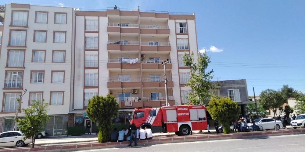 Bina çatısındaki odunluk yangını korkuttu