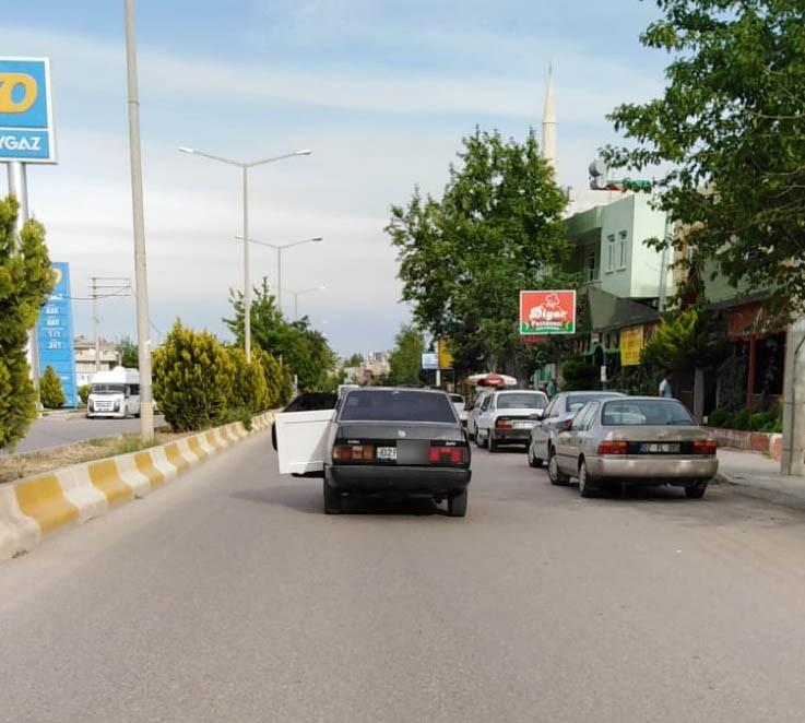 Trafikte kapısı açık seyreden otomobil tehlikeye davetiye çıkardı