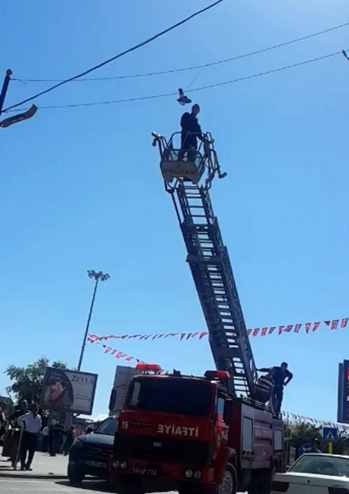 Elektrik kablosuna takıldı, kurtarılması dakikalar sürdü