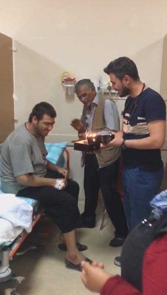 Acil servis ekibinden engelli gence doğum günü sürprizi