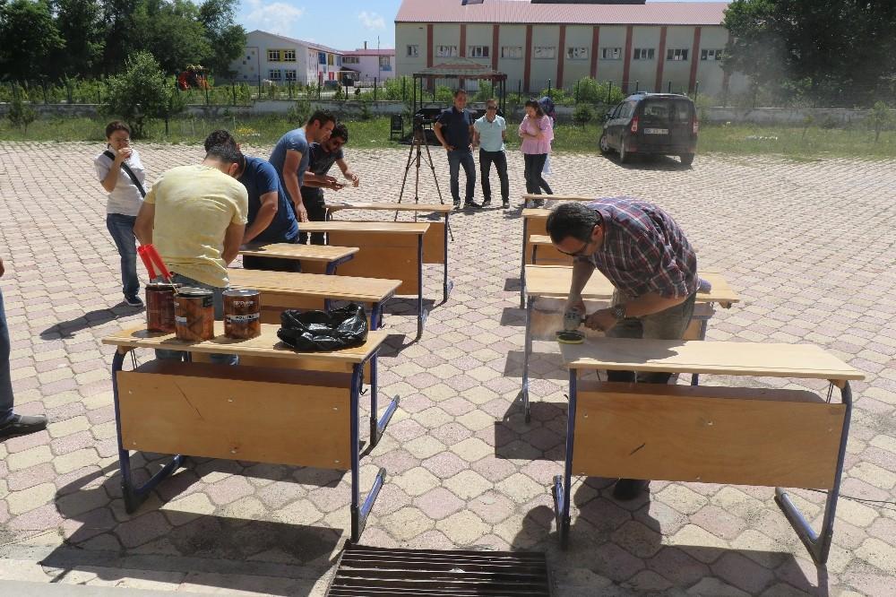 Öğretmenler, zımparalarla eskiyen okul sıralarını tamir etti
