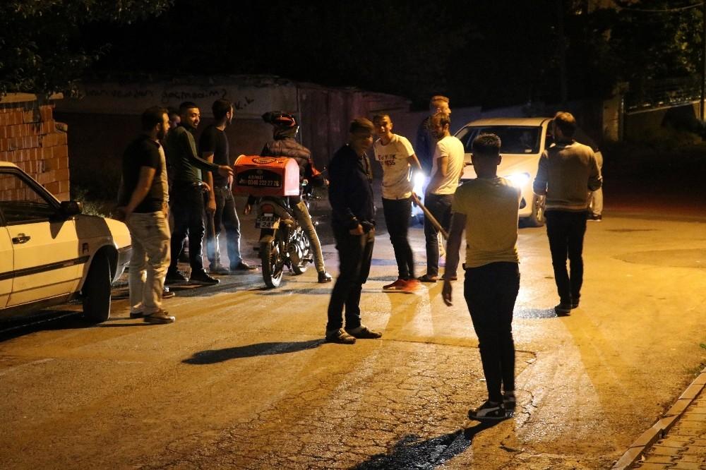 Mahalleliler esrarengiz 2 kişi için ellerinde sopalarla nöbet tutuyor