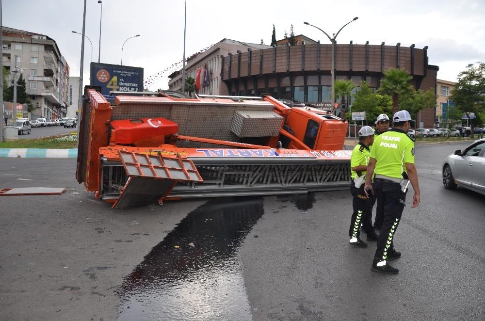Devrilen kamyonu vinç kaldıramayınca vatandaş yardım etti