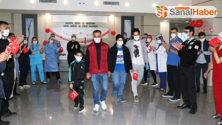 Malatya'da Korona virüsü yenen 2 çocuk alkışlarla taburcu edildi