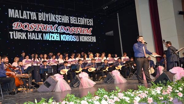 """""""MEMLEKET TÜRKÜLERİ DOSTUM DOSTUM"""" KONSERİ COŞTURDU"""