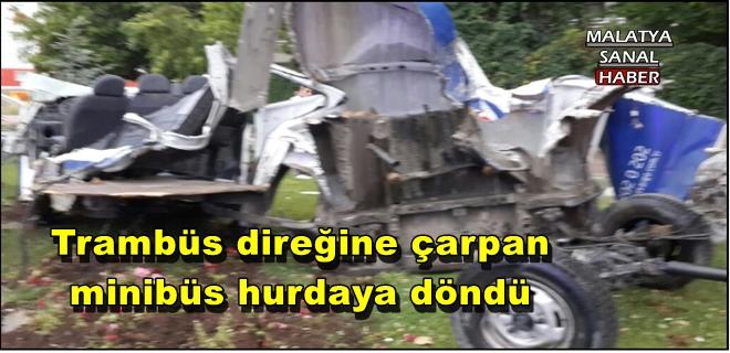 Malatya'da Trambüs direğine çarpan minibüs hurdaya döndü