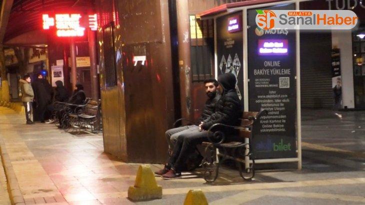 Malatya'da birçok vatandaş geceyi sokakta geçirdi