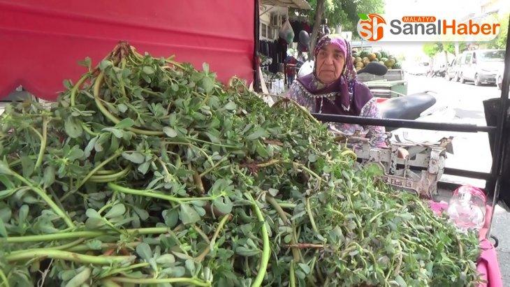 79 yaşındaki Fatma Teyze gençlere taş çıkartıyor