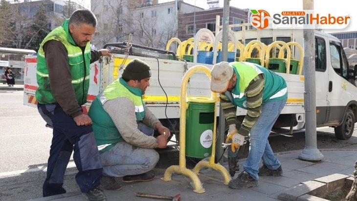 Adıyaman'da eskiyen çöp kovalarını yeniliyor