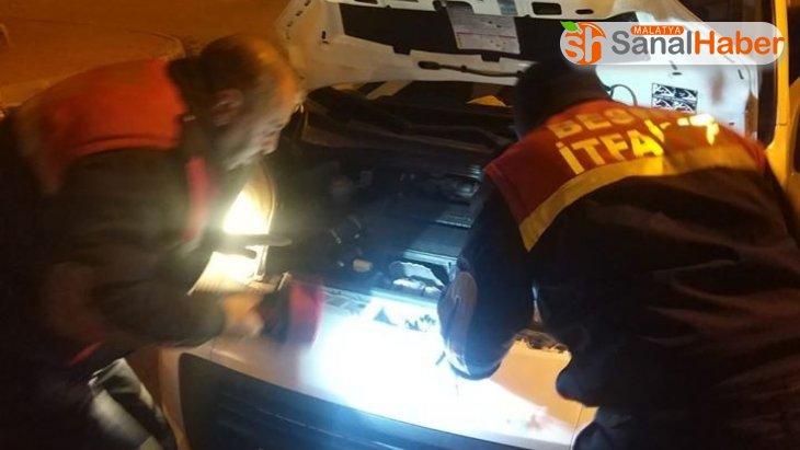 Araç motoruna giren kedi kurtarıldı