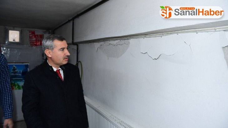 Başkan Çınar, depremde hasar gören ev ve iş yerlerini inceledi