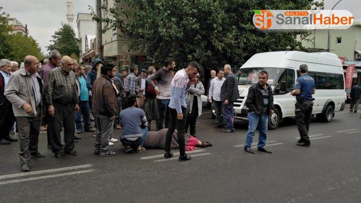Besni'de yolcu minibüsü yayaya çarptı