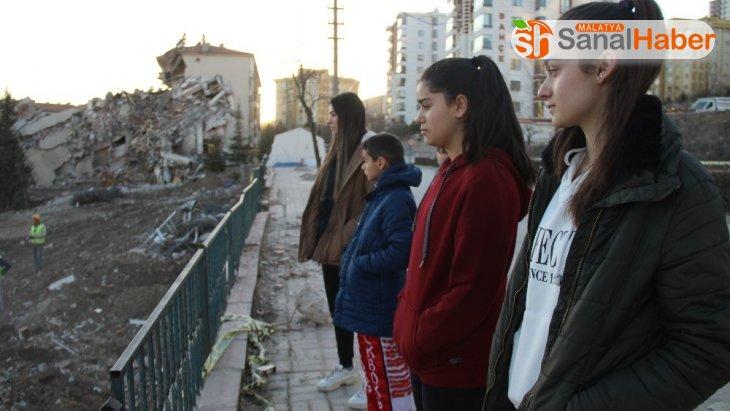 Depremin evsiz bıraktığı sporcu kardeşler, yeni madalyalar için antrenmanı bırakmıyor