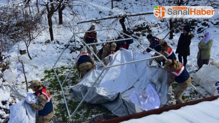 Malatya'da kadın astsubaylardan depremzedelere yardım eli