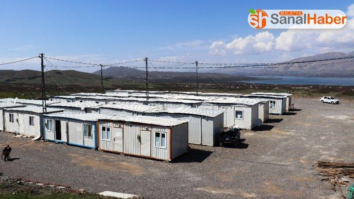 Depremzedelerin kaldığı konteynerler dezenfekte ediliyor, ihtiyaçları karşılanıyor