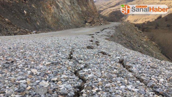 Malatya'da Dev kaya parçaları depremden sonra yolu kapattı