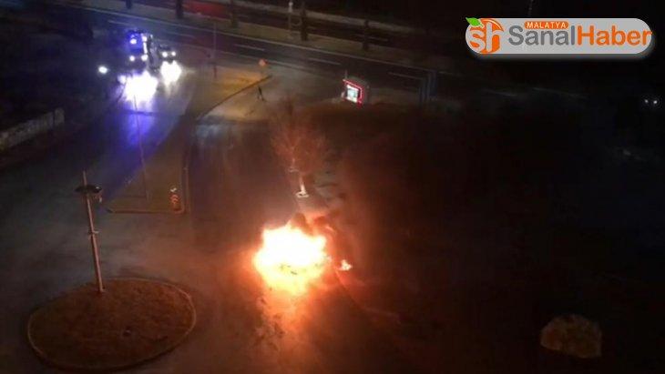 Elazığ'da 2019 model araç alev alev yandı
