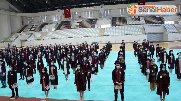 Elazığ'da Tıp Fakültesi öğrencilerinin maskeli ve sosyal mesafeli yemin töreni