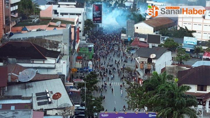 Endonezya'da göstericiler binaları ateşe verdi