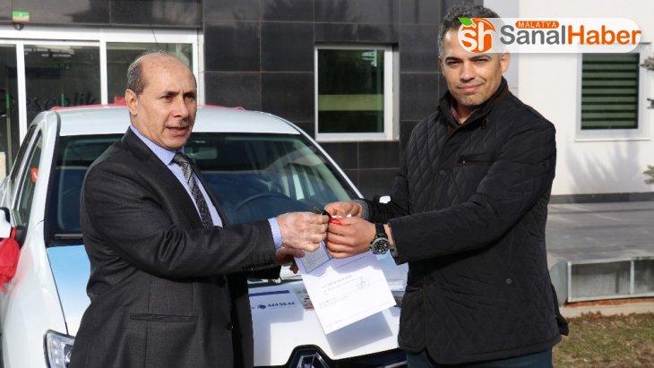Esenlik'ten otomobil kazanan şanslı talihliler araçlarını teslim aldı