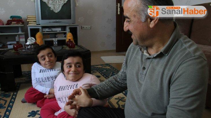 Evlerinin neşe kaynağı, Cam kemik hastası ikizler 15 yaşına girdi
