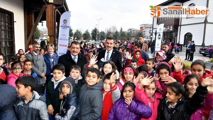 Malatya'da iş adamından 3 bin öğrenciye giyecek yardımı