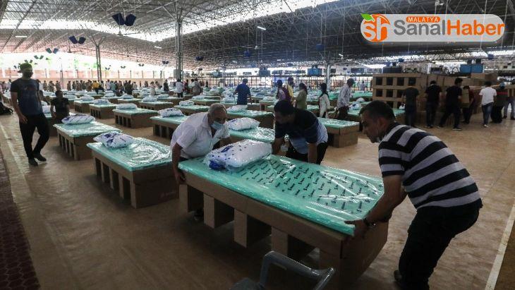 Hindistan'da Covid-19 hastaları için kartondan yataklar hazırlandı