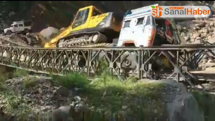 Hindistan'da tırın ağırlığını kaldıramayan köprü çöktü