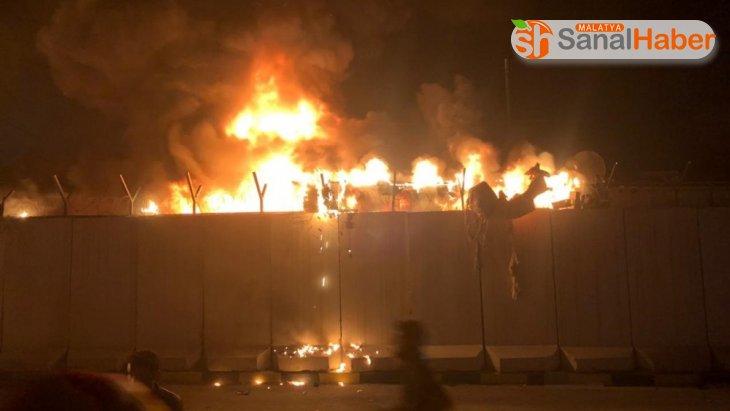 Irak'ta protestocular İran Konsolosluğu binasını ateşe verildi